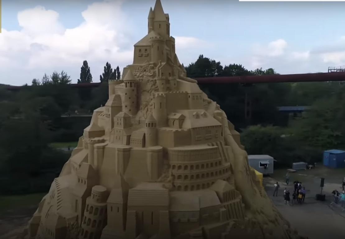 Самый высокий в мире песочный замок появился в Германии