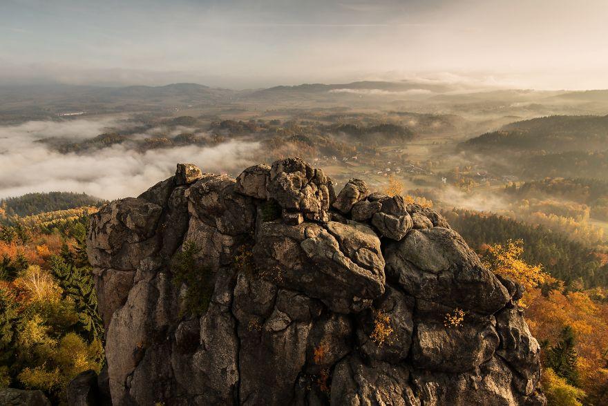Солнце сквозь туман: польский фотограф снимает осень в Судетах