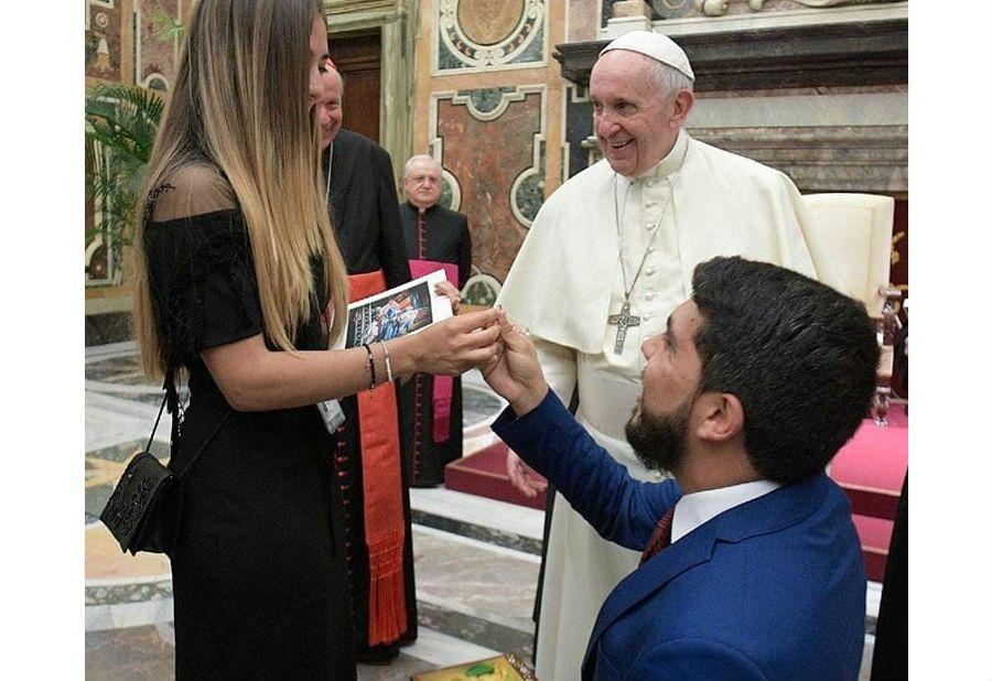 Венесуэлец сделал предложение своей девушке на аудиенции у Папы Римского