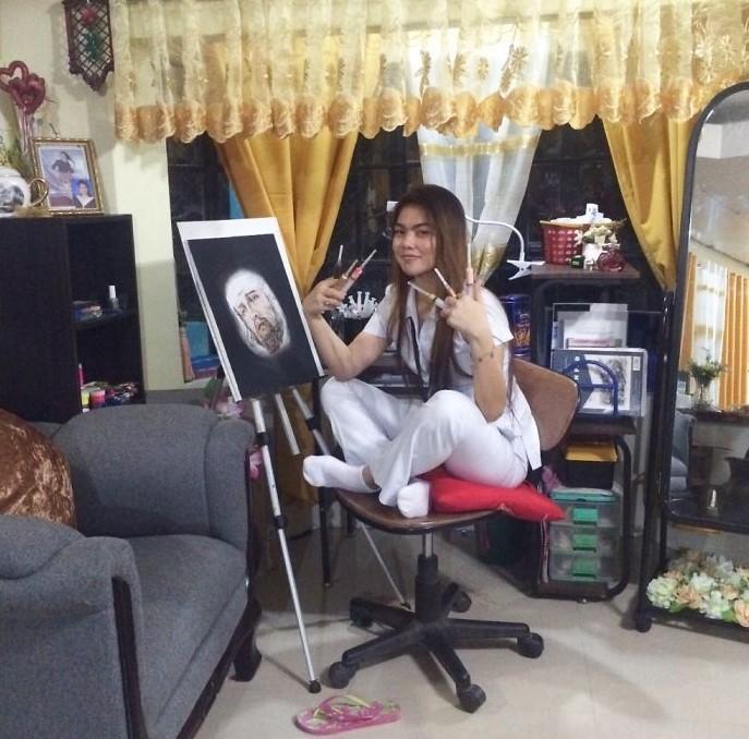 Филиппинская медсестра рисует картины шприцем