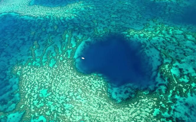 В море возле Австралии нашли голубую дыру