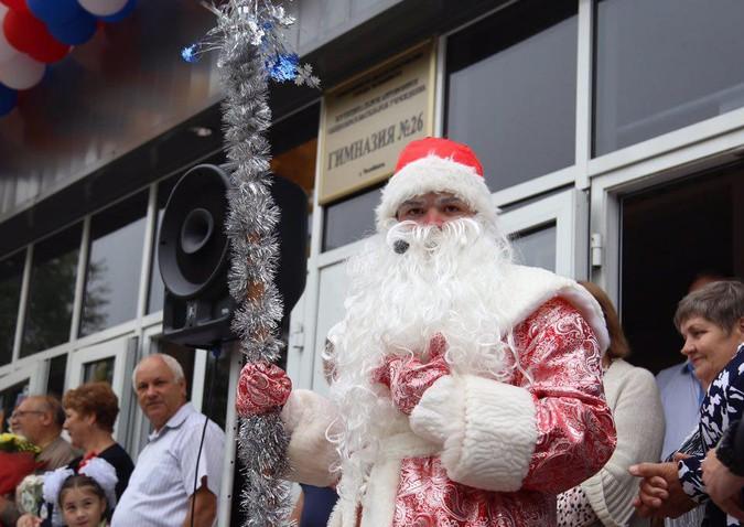 День знаний: в России школьников поздравил Дед Мороз