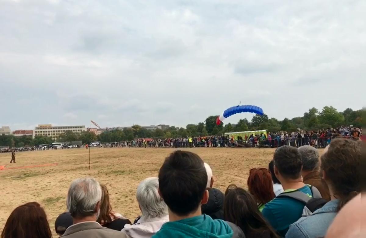 В Чехии парашютист приземлился в толпу, пострадали три человека