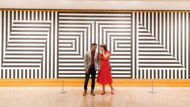 Американец притворился арт-объектом в музее, чтобы сделать девушке предложение