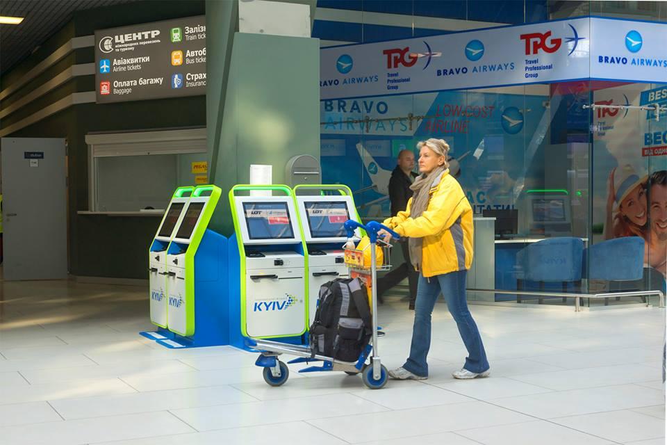 В Жулянах поставили автоматы для онлайн регистрации на рейс