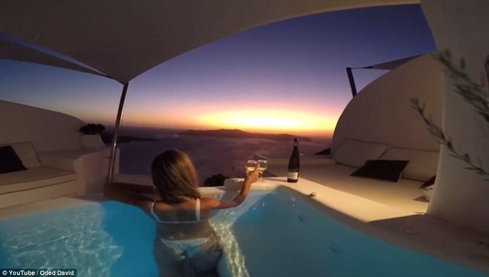 Невероятно красивый отель в Греции, где можно снять бассейн с видом на закат