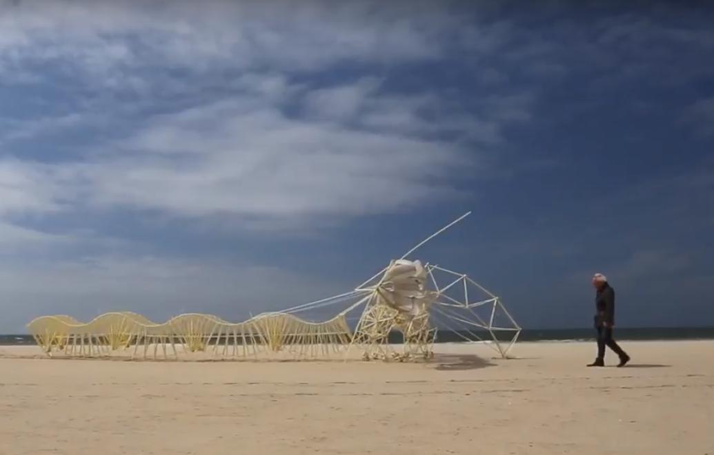 Пляжные бестии: голландский скульптор создает животных, оживающих от ветра