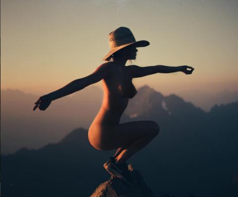 В гармонии с природой: модель Playboy ведет голый трэвел-блог