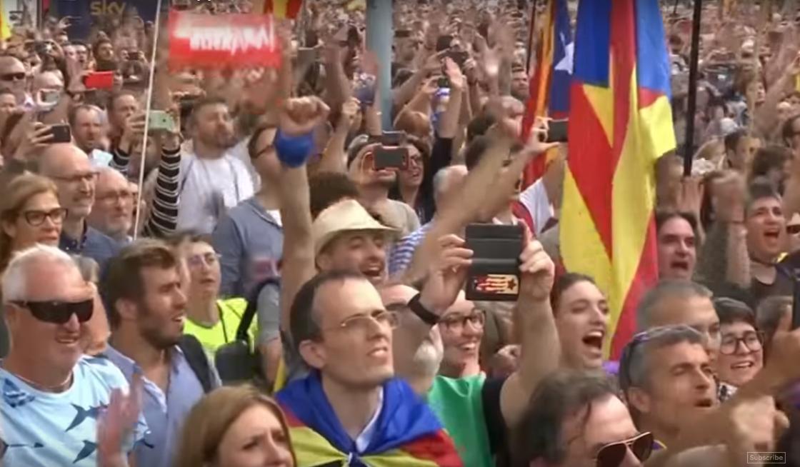 Независимость Каталонии: в Барселоне всю ночь праздновали, плакали и пели