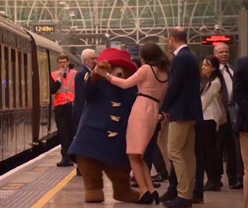 Герцогиня Кембриджская станцевала с медведем