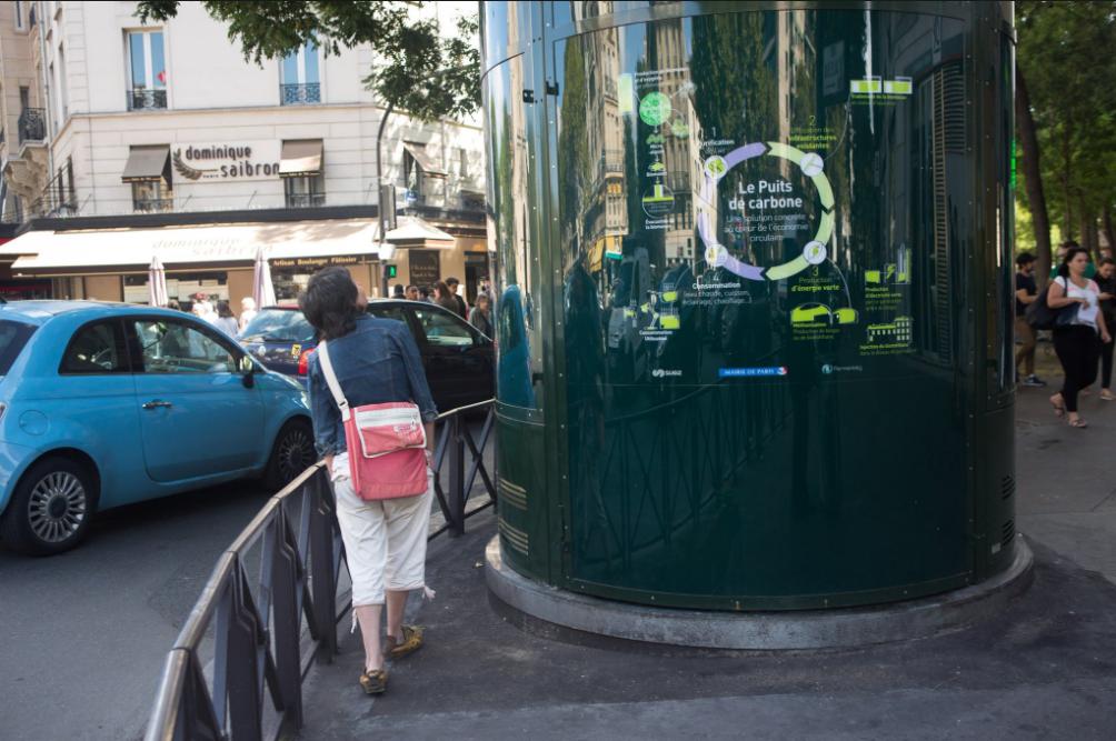 В Париже установили огромный аквариум для очистки воздуха