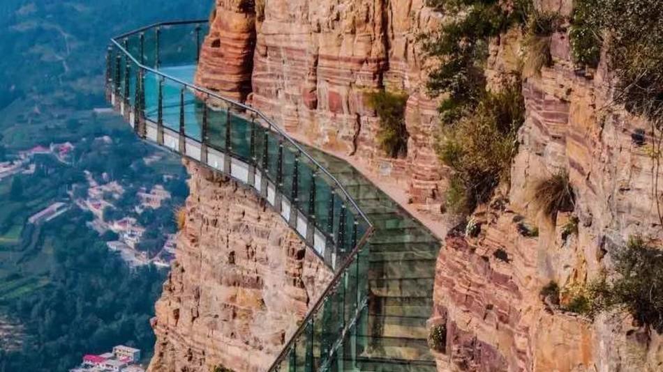 Треснувший понарошку китайский мост напугал по-настоящему