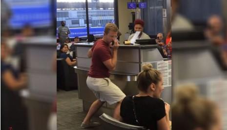 Пассажир спел в аэропорту песню ради информации о задержке рейса