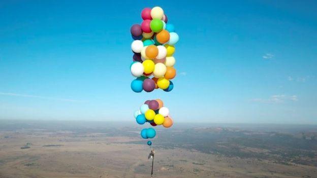 Британец взлетел на два километра вверх на воздушных шарах.Вокруг Света. Украина