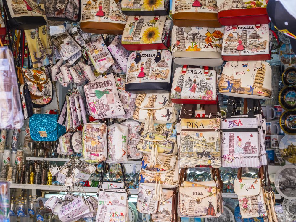 Во Флоренции туристов будут штрафовать за покупку подделок
