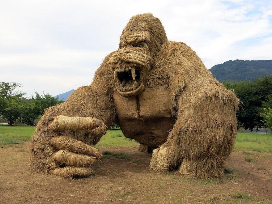 Звери-гиганты из рисовой соломы появились на полях Японии