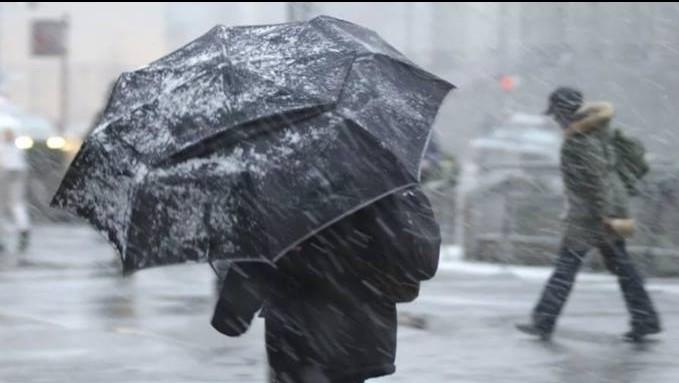 На выходных в Украину придут метели, сильный снег и сели