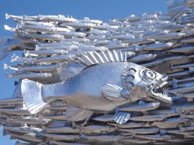 В Новороссийске жители воруют рыбу из памятника хамсе
