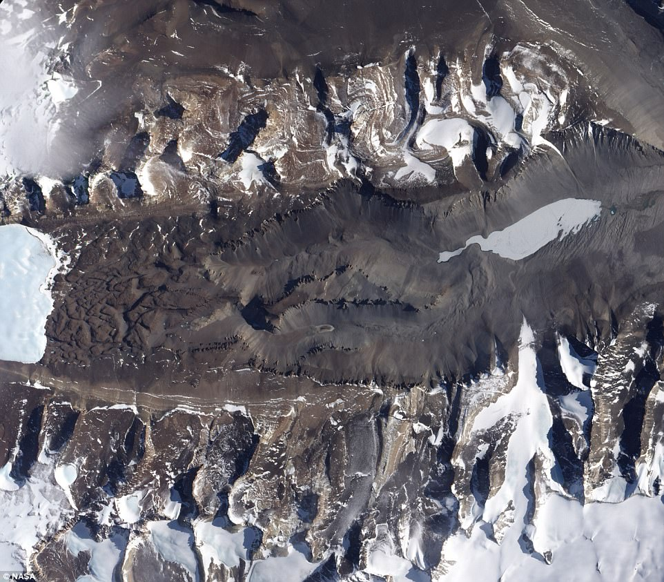 Марс на Земле? Таинственное соленое озеро в Антарктиде не замерзает даже при -50