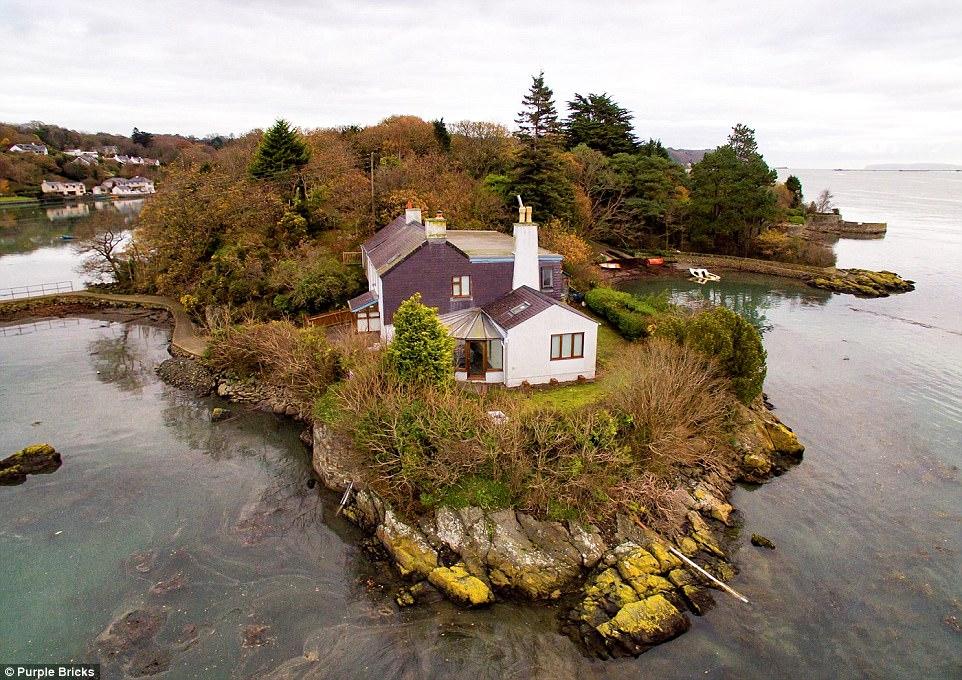 У берегов Британии продается остров с маленьким особняком
