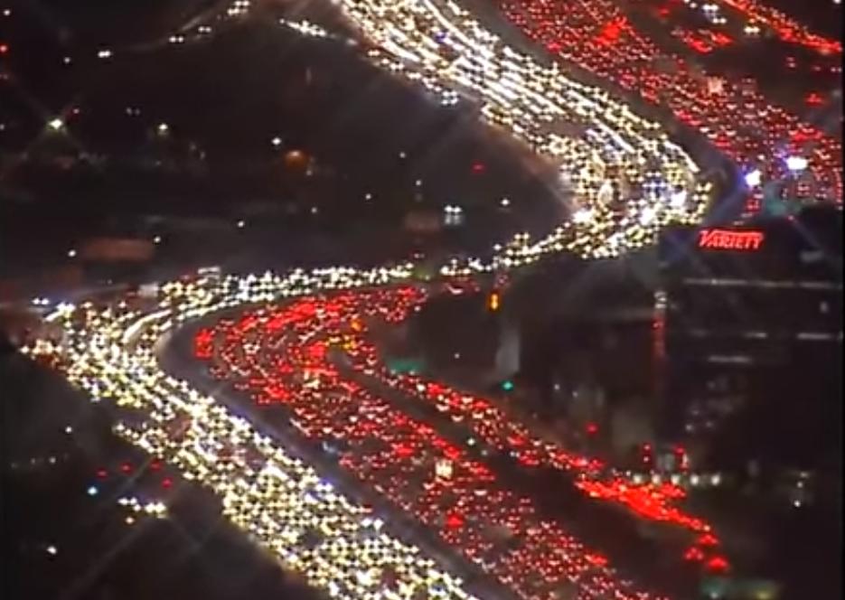 Во-первых, это красиво: жуткие пробки в Лос-Анджелесе в День Благодарения