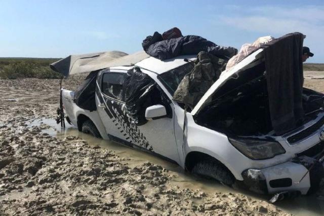 В Австралии два рыбака пять дней прятались от крокодилов на крыше автомобиля