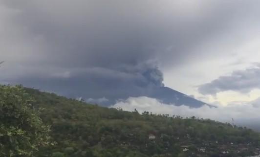 На Бали 60 тысяч туристов застряли из-за вулкана