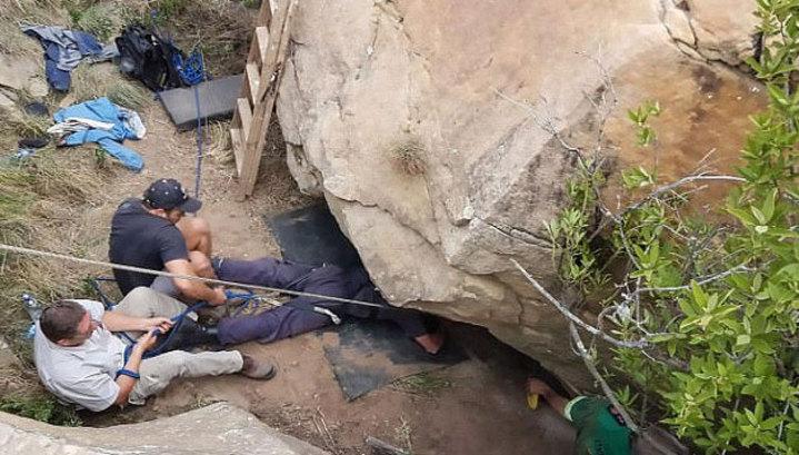 В ЮАР фермер пять дней пролежал под упавшей на него скалой