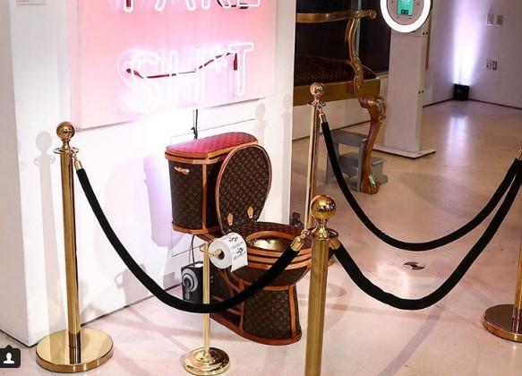В США продается золотой унитаз, обтянутый сумками Louis Vuitton
