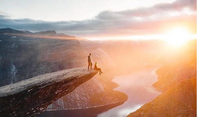 В Норвегии туристы стоят в очереди, чтобы притвориться одинокими