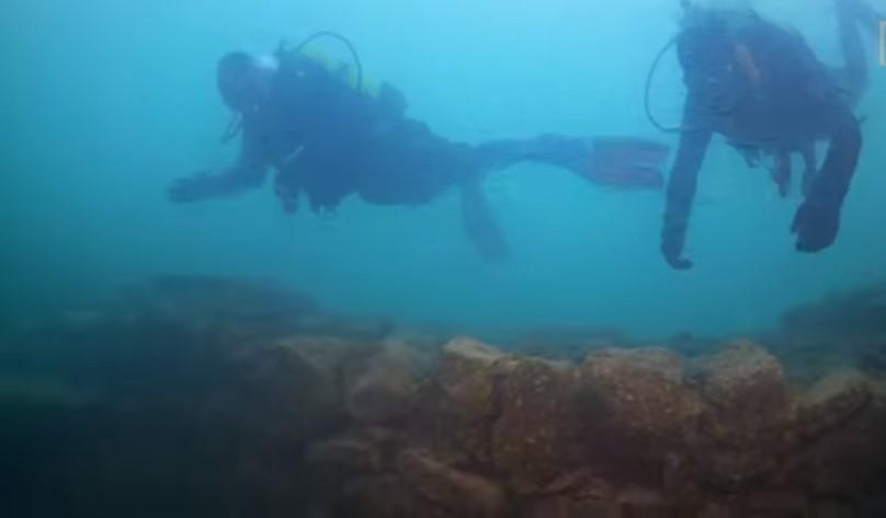 На дне турецкого озера нашли замок возрастом три тысячи лет