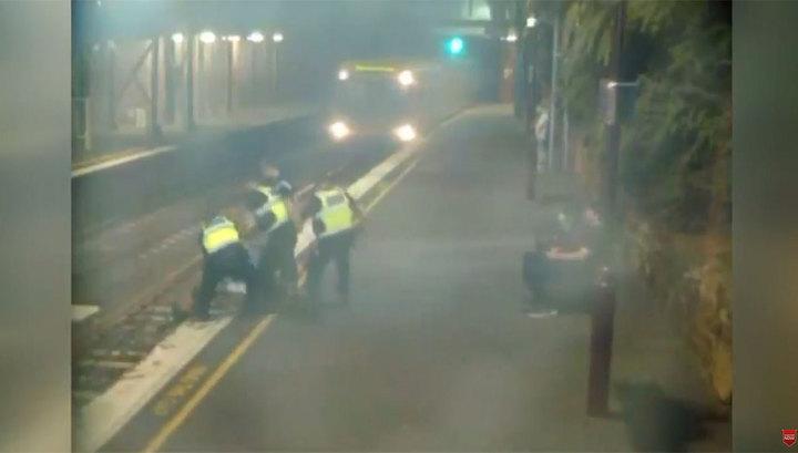 Австралийку вытащили с путей за секунду до поезда