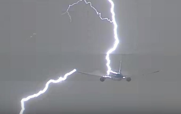 В Амстердаме в Boeing  ударила молния