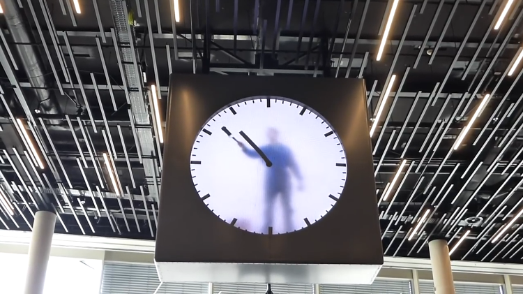 Стрелки этих часов каждую минуту стирают и рисуют заново (видео)