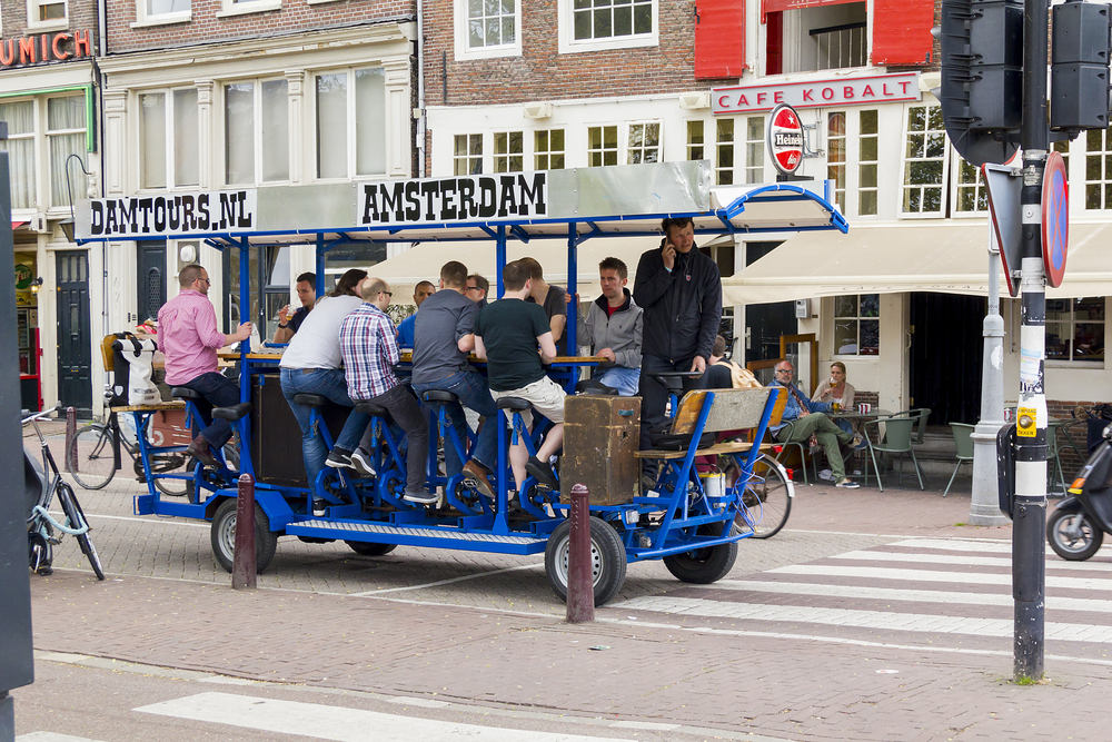 В Амстердаме суд запретил кататься на «пивных велосипедах»