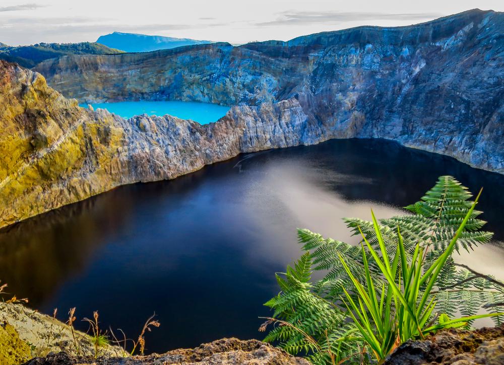 Вулкан в Индонезии собрал три озера разных цветов