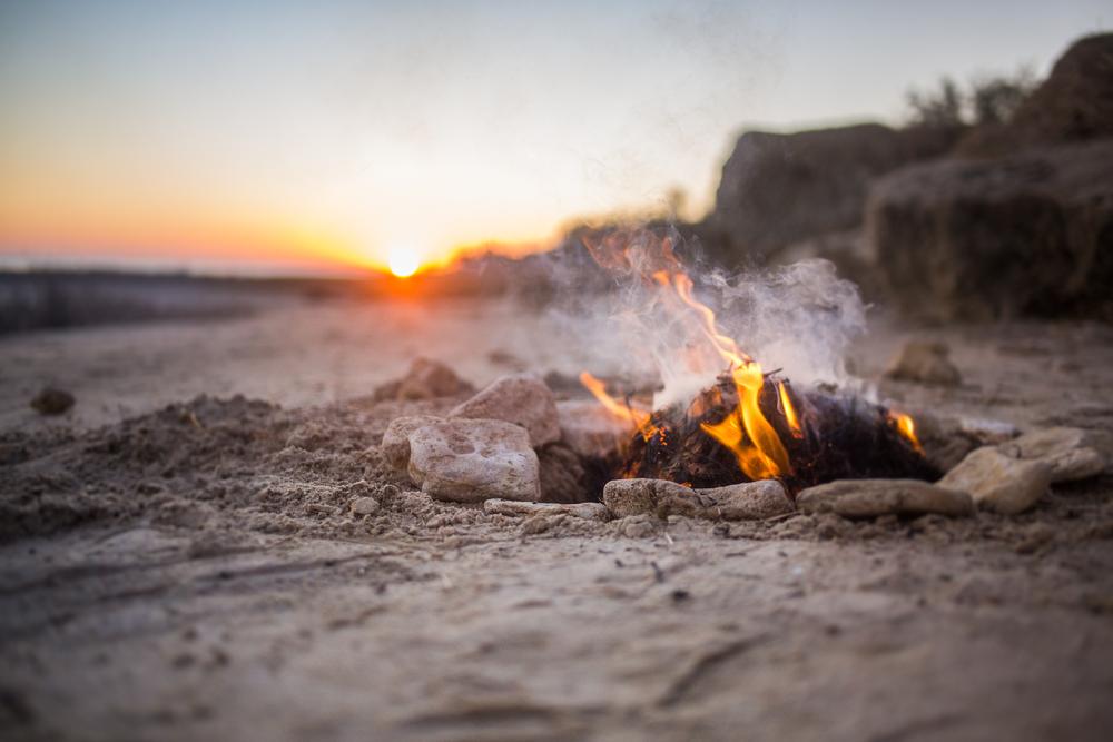 Британский путешественник рассказал, как разжечь  костер из жвачки