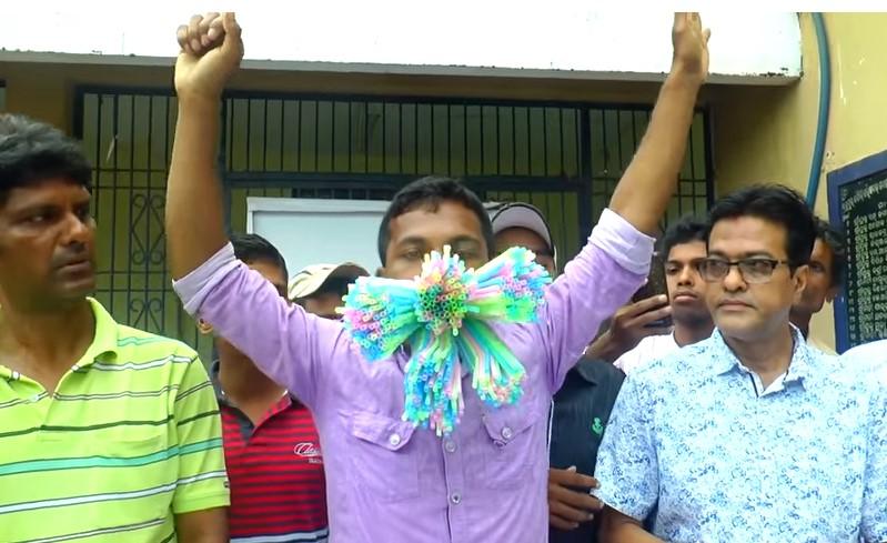 Индиец установил мировой рекорд, засунув в рот 459 соломинок