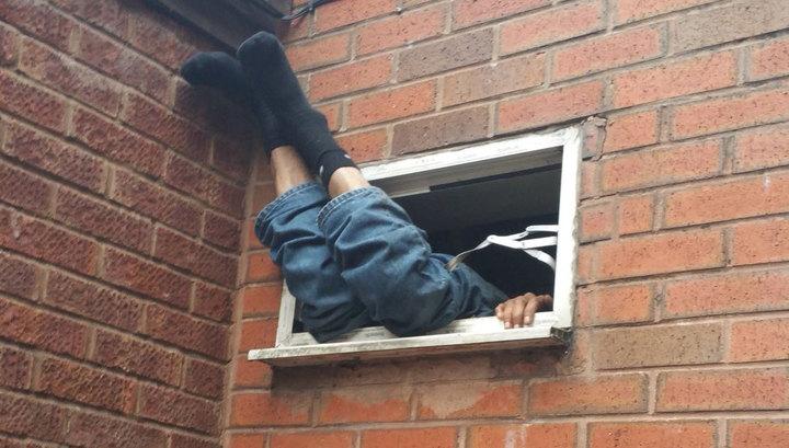 Неудачливый грабитель семь часов провисел в окне вытяжки.Вокруг Света. Украина