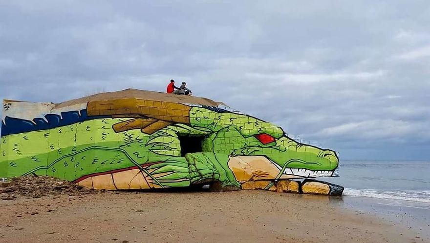 Уличный художник превратил блокпост на пляже в сказочного дракона