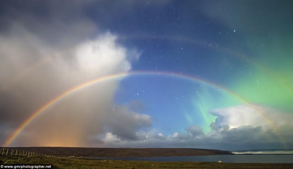 Лунную радугу на фоне северного сияния наблюдали в небе над Шотландией