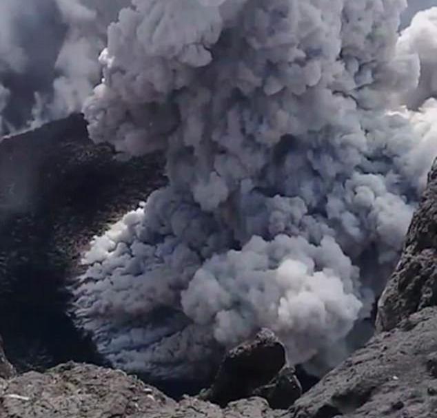 Скалолаз рискнул жизнью, снимая извержение вулкана на Бали
