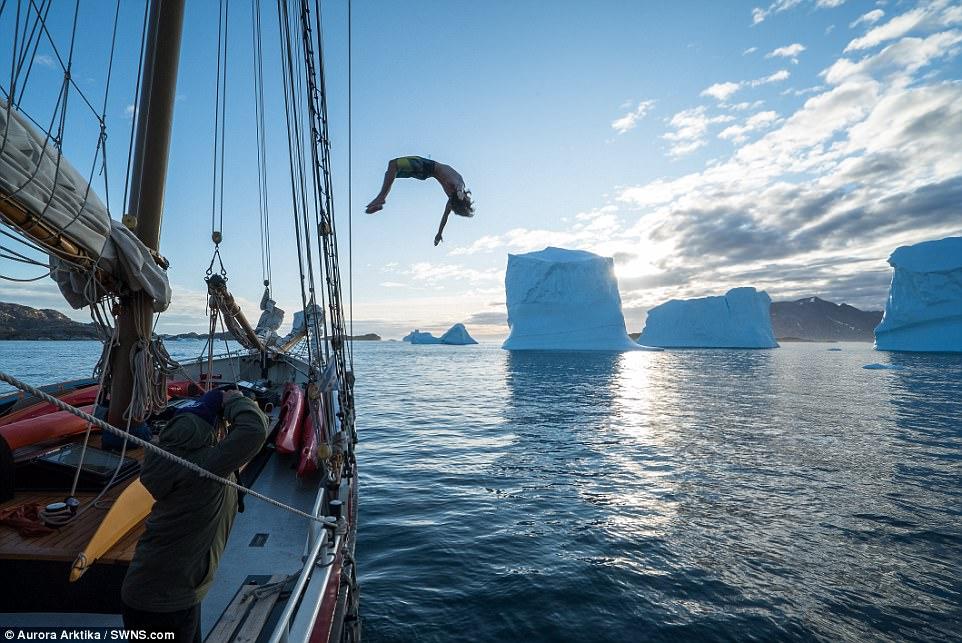 Купание с айсбергом: как исландские моряки ныряют у берегов Гренландии