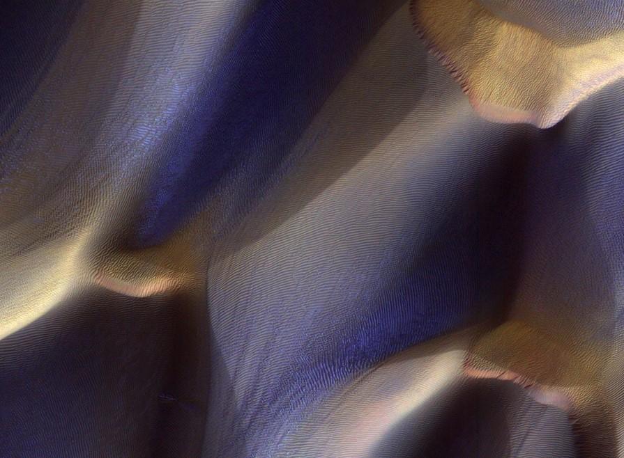 А на Марсе — зима: фантастические снимки заснеженной планеты