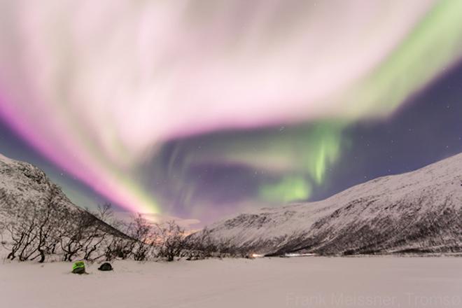 Северное сияние над Норвегией стало розовым