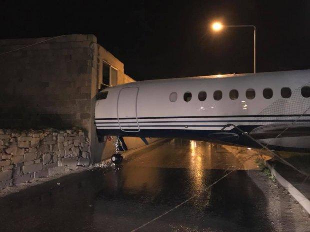 На Мальте самолет из-за сильного порыва ветра протаранил здание
