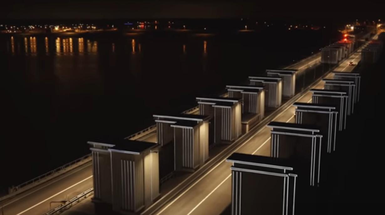 Ворота света: в Нидерландах осветили трассу с помощью водорослей