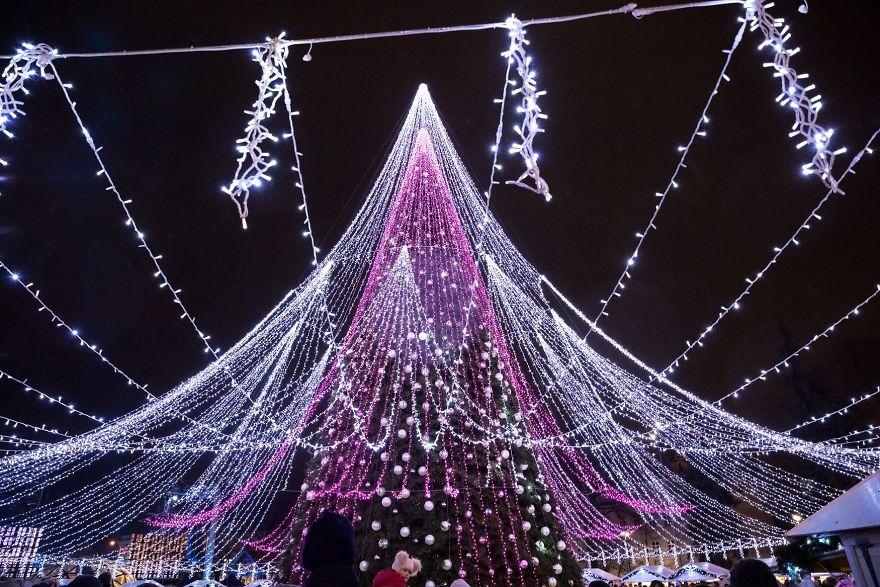 70 000 лампочек и 2700 игрушек: в Вильнюсе нарядили новогоднюю елку