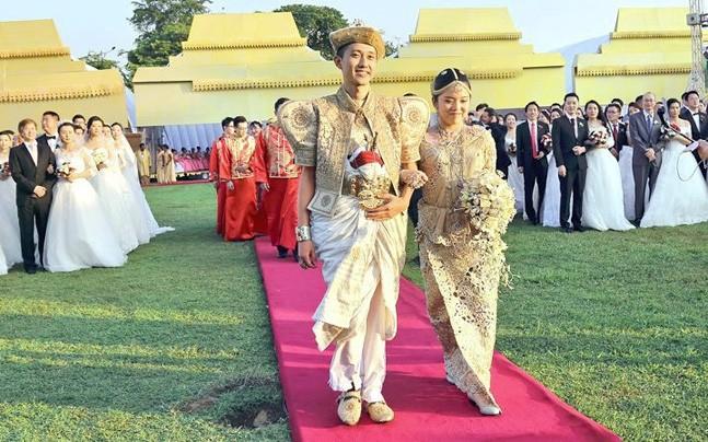50 пар новобрачных из Китая сыграли одну свадьбу на Шри-Ланке