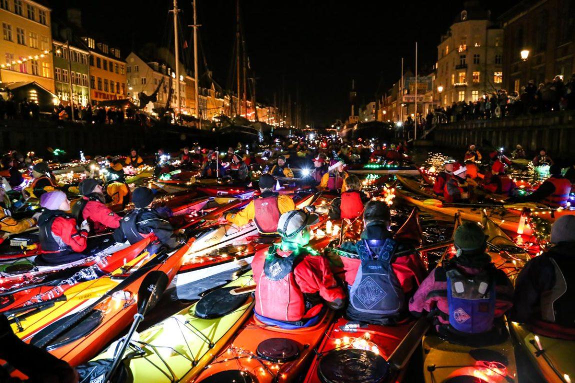 В Копенгагене осветили каналы каяками